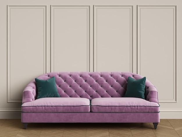 コピースペースとクラシックなインテリアの緑の枕と房状の紫色のソファ
