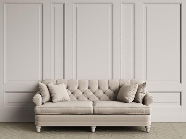 Тафтинговый диван цвета слоновой кости в классическом интерьере с копией пространства