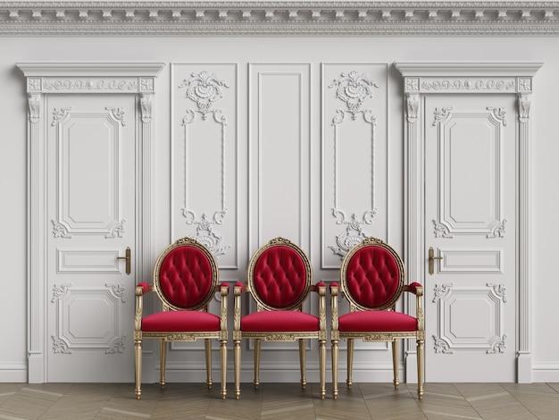 Классические резные стулья в интерьере с копией пространства
