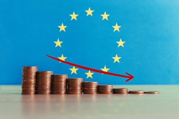 Фото запаса концепции экономического кризиса в европе с нисходящей лестницей монет и флага
