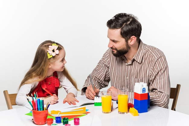 娘と父親が一緒に描いています