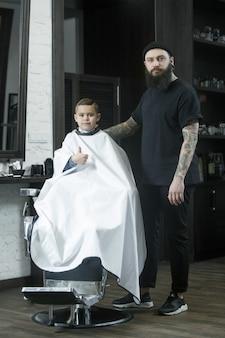 Детская парикмахерская стрижка маленького мальчика.