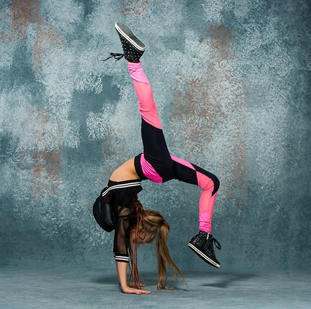 壁に若い女の子ブレイクダンス