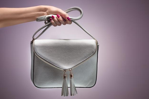 ファッション。女性の手スタイリッシュなトレンディなハンドバッグクラッチ
