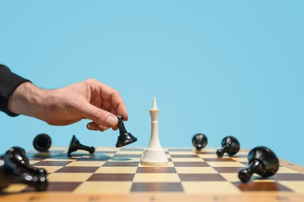 Шахматная доска и игровая концепция бизнес-идей и конкуренции.