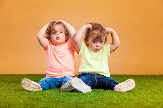 遊んで、笑って幸せな面白い女の子双子姉妹