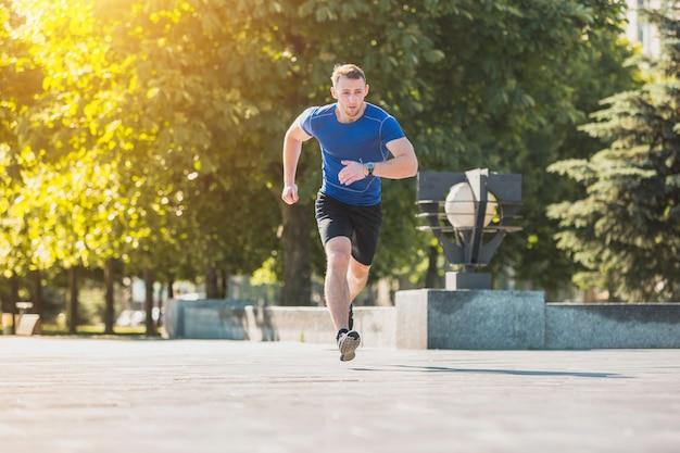 朝の公園で走っている人。健康的なライフスタイルのコンセプト