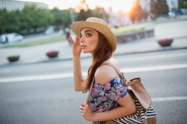 Мода женский портрет молодой довольно модной девушки позирует в городе в европе