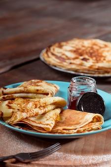 卵、牛乳、小麦粉で作られた新鮮な自家製フレンチクレープ、ビンテージプレートにマーマレードでいっぱい