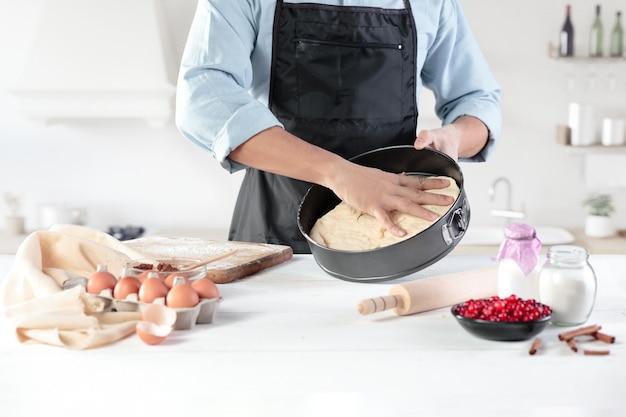 男性の手の壁に素朴なキッチンで卵と料理人