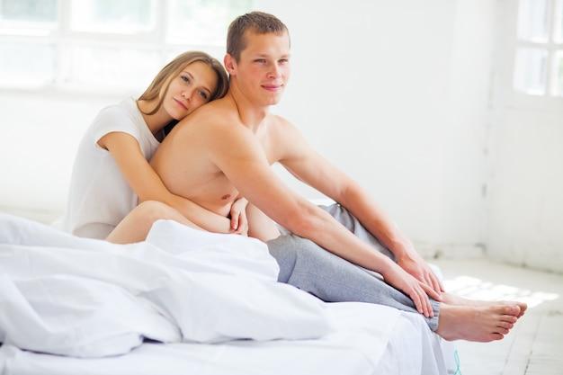 Образ жизни. красивая пара в постели