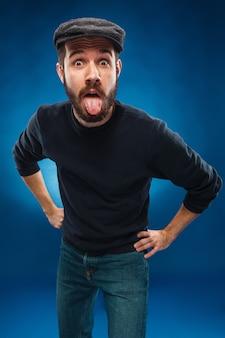 舌を出す男