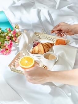 ベッドで朝食をとる