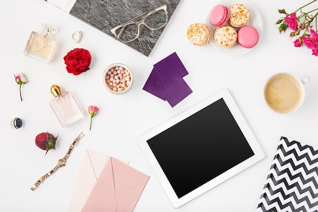 Вид сверху белого офиса женского рабочего пространства с ноутбуком