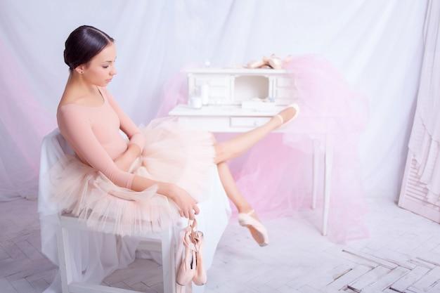 公演後に休憩するプロのバレエダンサー。