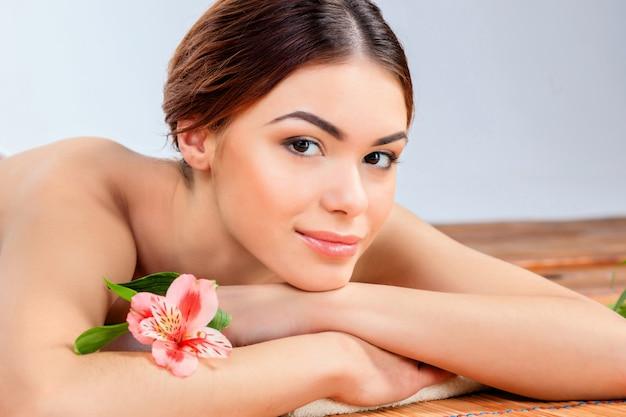 スパサロンで美しい若い女性