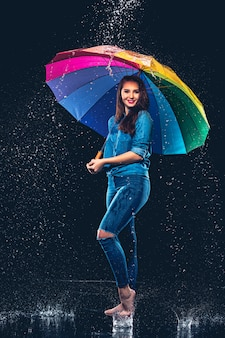 傘を持つ若い美しい女性。