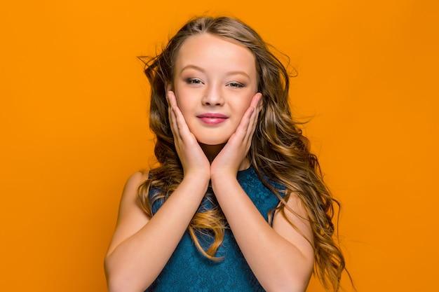 幸せな十代の少女の顔