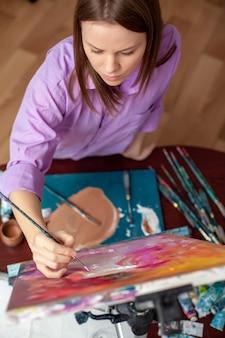 スタジオで絵を描くクリエイティブアーティスト