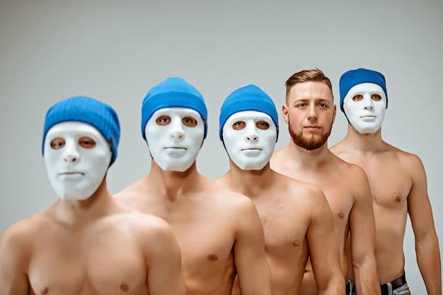 仮面をかぶった人と仮面を持たない一人の男