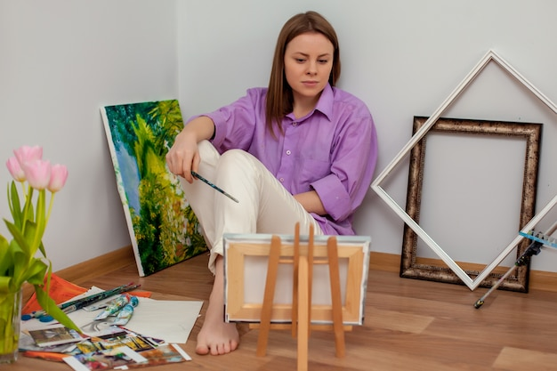 Творческая живопись художника в мастерской