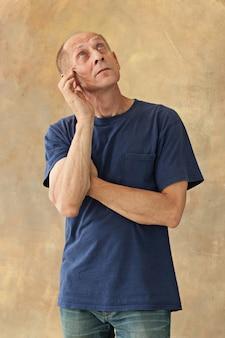 心配している中年の男性が頭に触れています。