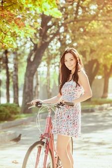 公園で自転車を持つ少女