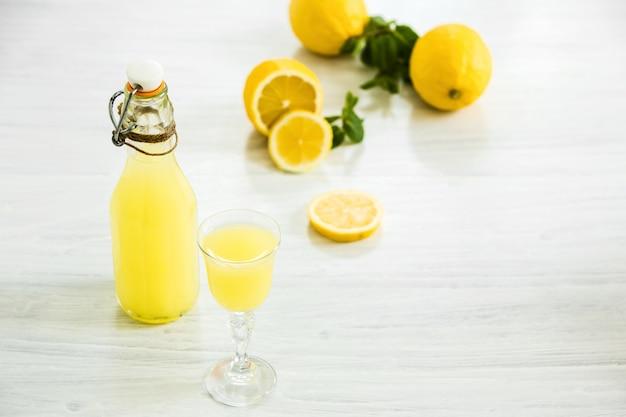 イタリアの伝統的なリキュールリモンチェッロ、レモン添え