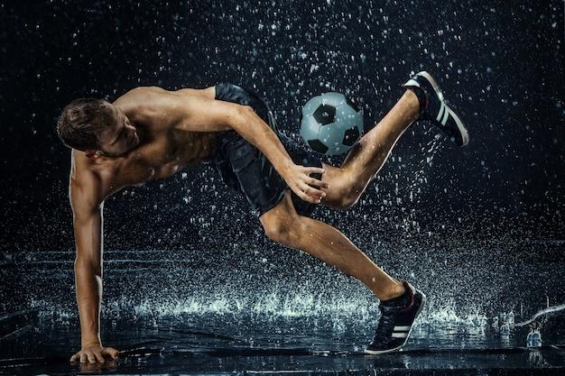 Вода падает вокруг футболиста