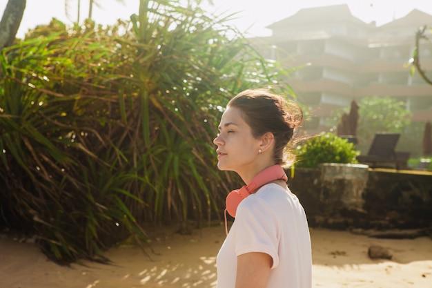 Женщина гуляя на пляж