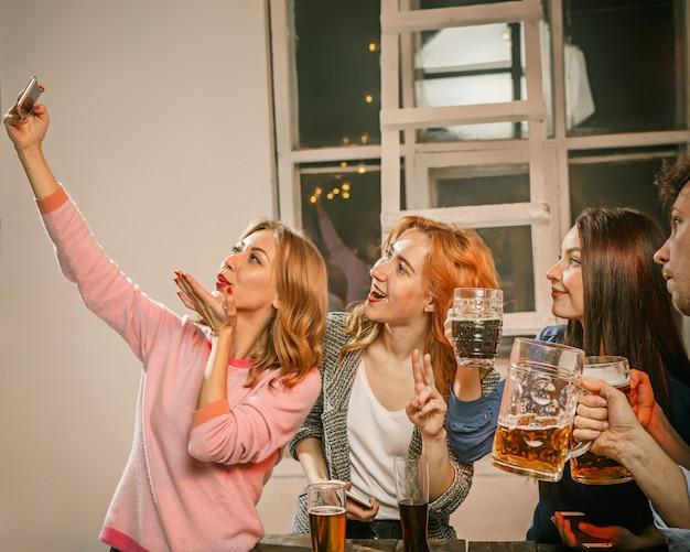 自分撮り写真を作る友人の女の子のグループ