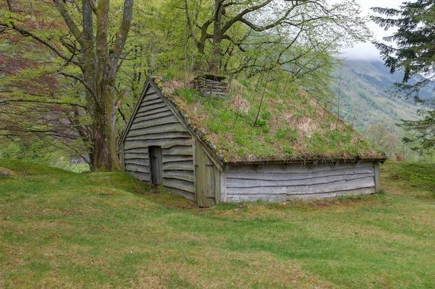 ノルウェー山の小さな建物。