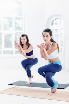 ヨガの練習をしている若い女性