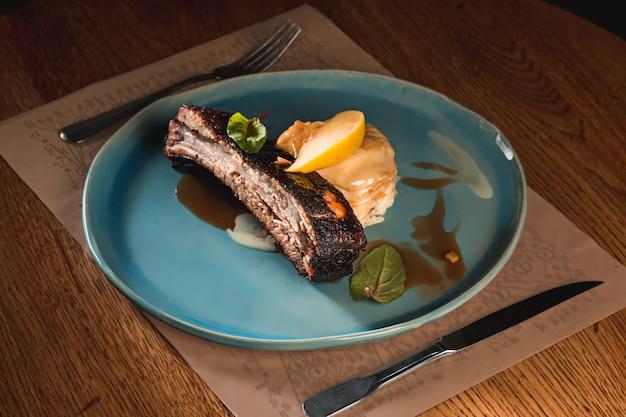 暗い皿に豚カルビのグリル