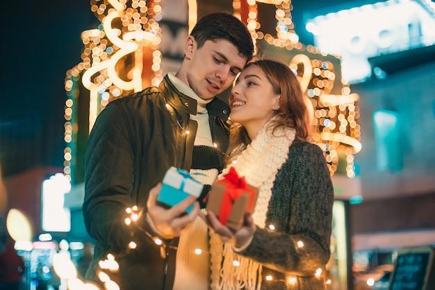 女性は彼氏から贈り物を受け取る