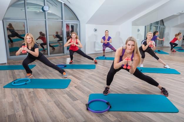 Люди на уроке фитнеса в спортзале
