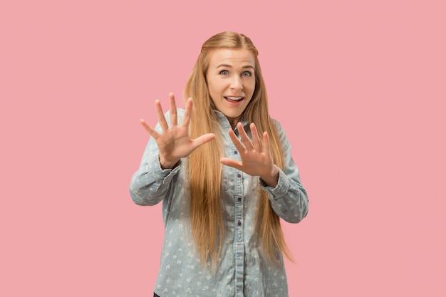 ピンクの怖い女性の肖像画