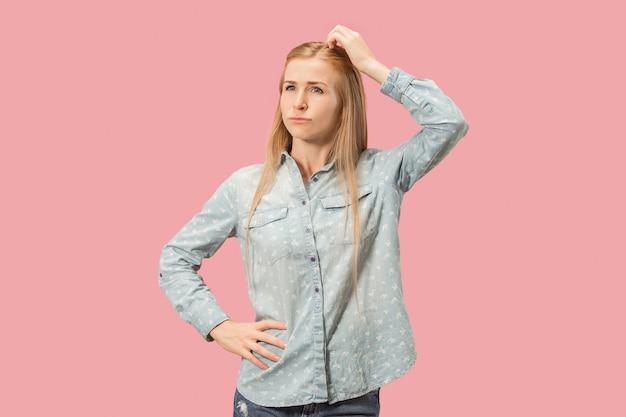 若い深刻な思慮深いビジネス女性