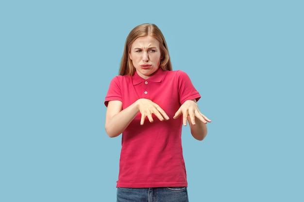 拒絶反応を持つ若いカジュアルな女性