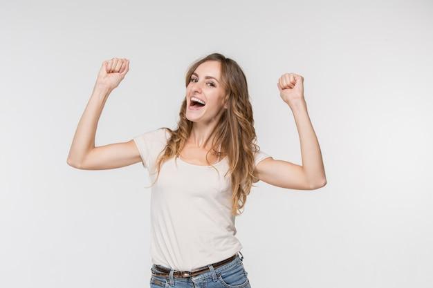 勝者であることを祝う幸せな有頂天の成功女性