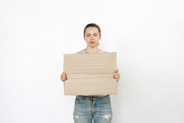 空白のボードに抗議している若い女性