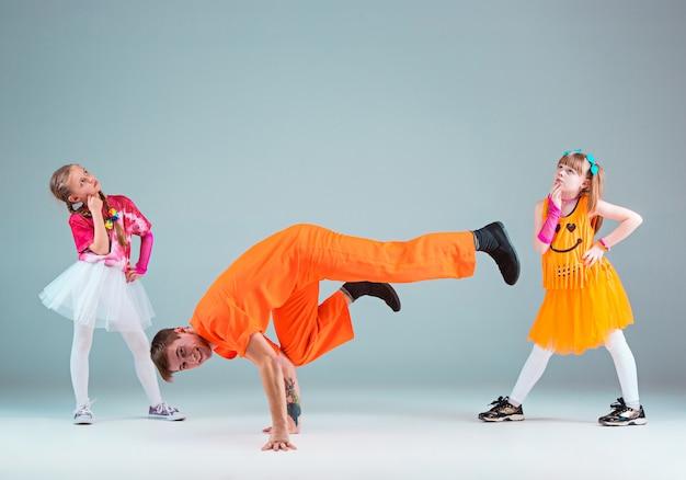 Группа мужчин, женщин и подростков танцует хип-хоп хореография
