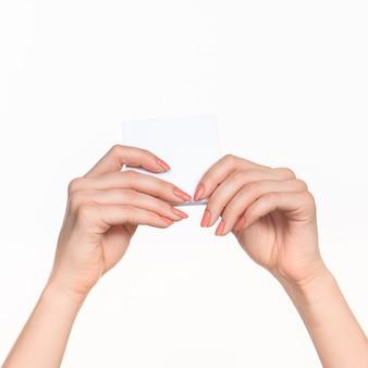 記録のための空白の紙を保持している女性の手