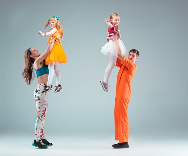 男性、女性、十代の若者たちがヒップホップの振り付けを踊るグループ