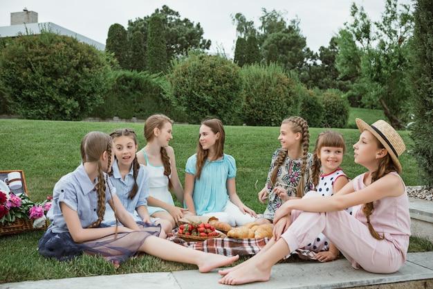 庭でピクニックの子供たち
