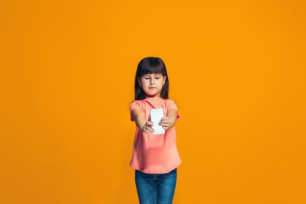 立っているとオレンジ色の壁に笑顔幸せな女の子