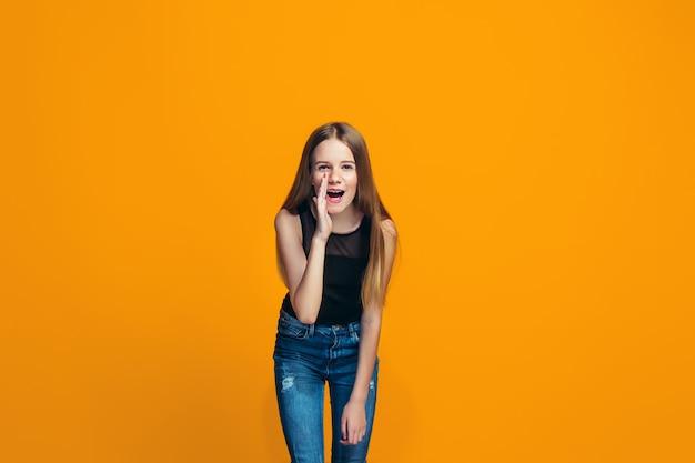 秘密を告げるカジュアルな十代の少女