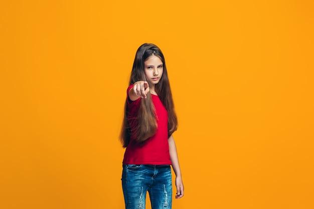 あなたを指している幸せな十代の少女