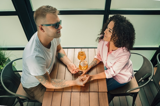 若い男が結婚のプロポーズをしながら彼の妻の手にキス