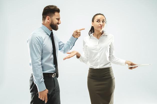 ビジネスマンがオフィスで彼の同僚にラップトップを示しています